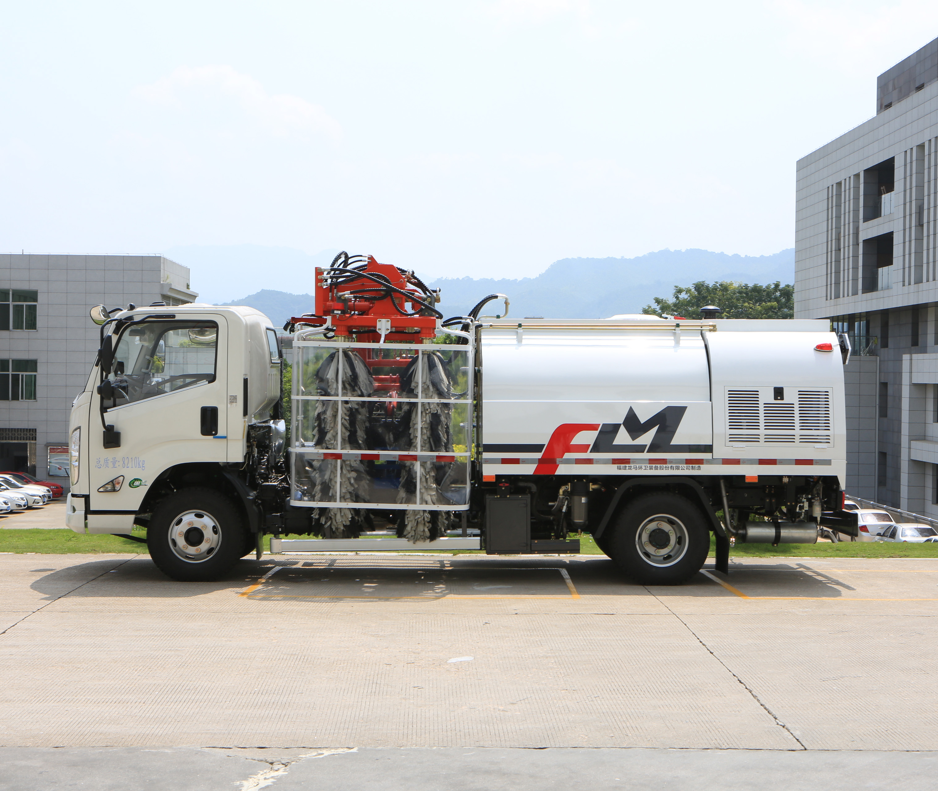 How does the FULONGMA guardrail cleaning truck work?